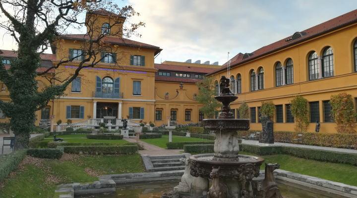 レンバッハハウス美術館 庭から美術館