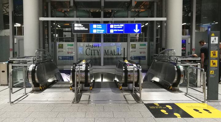 フランクフルト空港駅へのエスカレーター