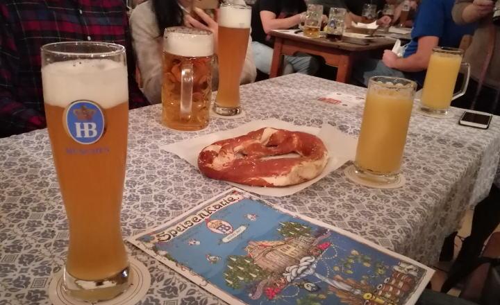 ホフブロイハウス ビールとプレッツェル
