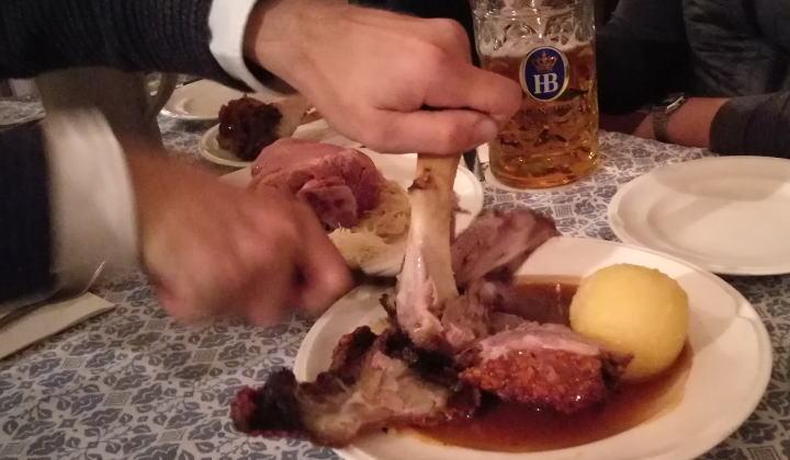 ホフブロイハウス シュバイネハクセ 食べ方