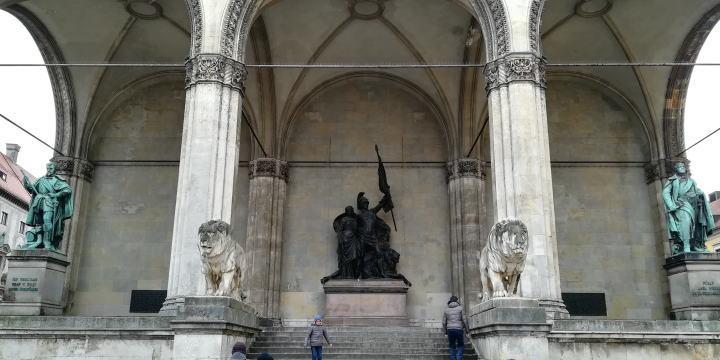 フェルトヘルンハレ 銅像