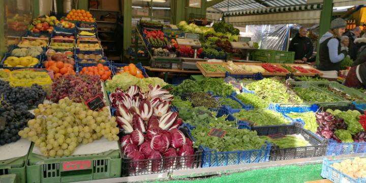 ヴィクトアリエン市場 野菜果物屋