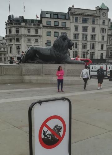 トラファルガー広場のライオンには乗ってはいけない
