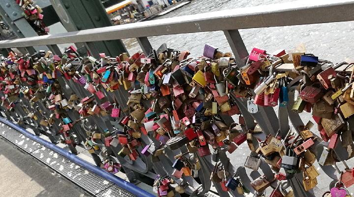 アイゼルナー シュテグ(鉄の橋)愛の南京錠
