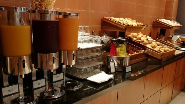 朝食ビュッフェ ジュース パン