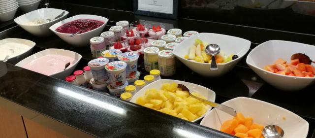 朝食ビュッフェ フルーツ ヨーグルト