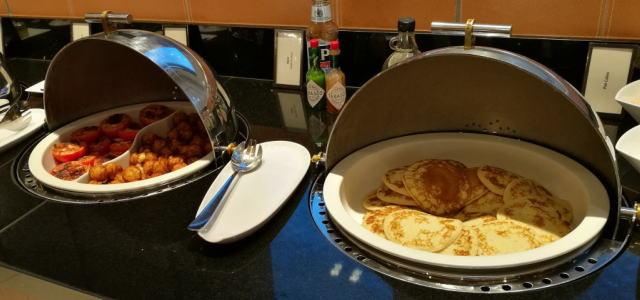 朝食ビュッフェ パンケーキ 焼きトマト