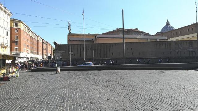 リソルジメント広場からみるサン・ピエトロ大聖堂クーポラ