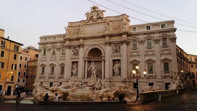 ローマ トレビの泉 早朝
