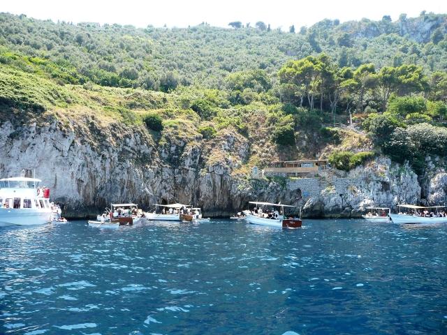 青の洞窟 ボートがいっぱい